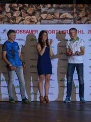 Andrea Brühlmann bejubelt mit Thomas Hess und André Weber ihre Wahl zur Gossauer Sportlerin des Jahres.