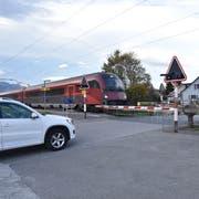 Der Bahnübergang Stationsstrasse soll dereinst aufgehoben und durch eine Unterführung an einem anderen Ort ersetzt werden. (Bild: Heini Schwendener)