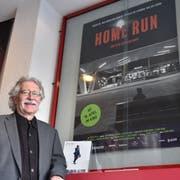 Der Werdenberger Filmemacher Kuno Bont vor dem Plakat seines neuen Werks «Home Run – Ein Dorf träumt Stadt». (Bilder: Heini Schwendener)