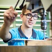 Toplica Bogicevic in einer Werkstatt seines Lehrbetriebs, der Ruag in Emmen. (Bild: Jakob Ineichen; 26. Juni 2018)