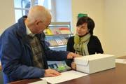 Peter Zwicky reicht bei Landschreiberin Nicole Frunz das Referendum gegen das Finanzhaushaltsgesetz und gleichzeitig noch eine Volksmotion ein. (Bild: Philipp Unterschütz (Sarnen, 21. Januar 2019))