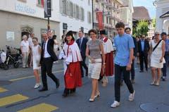 Christoph Amstad (2. von links) beim Einmarsch mit Familie. Von links: Tochter Alena, Kantonsratsweibelin Hanna Mäder, Frau Irene und Sohn Fabio.