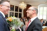Der Obwaldner Kantonsrat wählt Christoph Amstad CVP (rechts) erstmals zum Landammann – hier gratuliert ihm der Sarner Gemeindepräsident Jürg Berlinger.