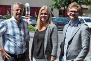 Älpler Thomas Schnider (l.), Bea Brunner, Leiterin Obwalden Tourismus und Toni Aufdermauer, Amt für Landwirtschaft und Umwelt. (Bild: Birgit Scheidegger (Giswil, 14. Juni 2018))