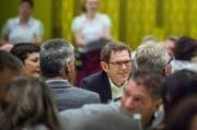 Jakob Stark diskutiert am Treffen der SVP Schweiz in Amriswil mit der Parteibasis. (Bild: Andrea Stalder)