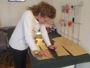 Die meiste Zeit arbeitet Marion Zurburg im Stehen. (Bild: PD)