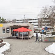 Die Postagentur kommt in den Pionier-Shop beim Bahnhof Winklen. Hinten ist das heutige Postgebäude zu sehen. (Bild: Hanspeter Schiess/11. Februar 2018)