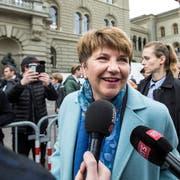 Viola Amherd gibt auf dem Bundesplatz Interviews. (Bild: Alexandra Wey / Keystone (Bern, 5. Dezember 2018))