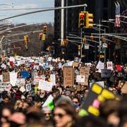 Mit Minischritten zur Waffenreform: Befürworter strengerer Waffengesetze ziehen beim «March for our Lives» in New York durch die Strassen. (Jeenah Moon/Bloomberg, 24. März 2018)