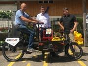 Landi-Leiter Rudolf Grunder, Gemeindepräsident Hanspeter Zehnder und Mario Crameri von der «Pedalerie» in Frauenfeld mit dem Lastenbike, das für vorerst ein Jahr im Seebachtal stationiert bleibt. (Bild: PD)