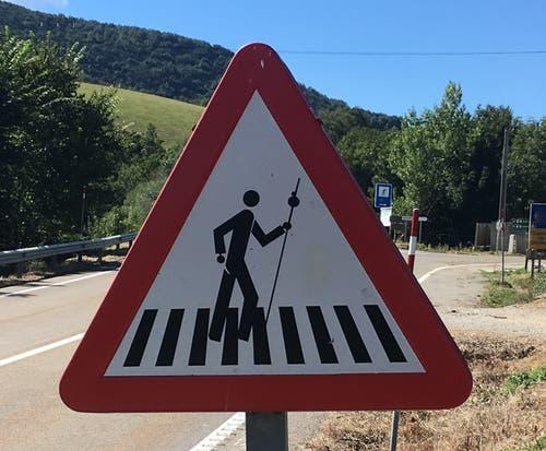Wenn der Jakobsweg eine Strasse quert, gibt es in Spanien spezielle Verkehrszeichen für Autofahrer.