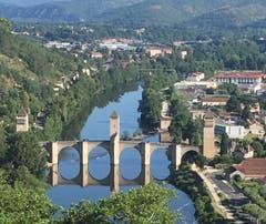 Der Weg führt über unzählige Brücke wie hier in Cahors (Frankreich).