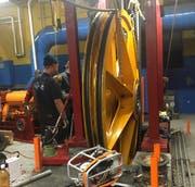 In der Nacht von Dienstag auf Mittwoch wurde das defekte Teil des Rotair-Bahnantriebs demontiert. (Bild: PD)