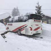 Wenige Meter vor dem Lagerhaus blieb der Bus im Schnee stecken. (Bild: zVg)