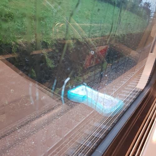 Leserin Doris Nussbaumer berichtet von einem Bassin, das es auf die Gleise geweht hat. (Leserbild: Doris Nussbaumer, Luzern, 6. Juli 2019)