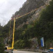 Auf der Axenstrasse wurde für die Felsarbeiten ein Pneukran installiert. (Bild: Astra)