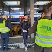 Der Verein Campus Wattwil verteilt Studentenfutter am Bahnhof Rapperswil, um für ein Ja zur Campus-Abstimmung zu werden. (Bild: Ruben Schönenberger)
