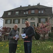 Pfarrer und Bewohner Josef Gander und Kirchenpfleger Simon Tobler vor dem Priesterhaus Bernrain. (Bild: Urs Brüschweiler)