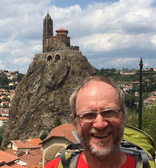 Der Jakobsweg führt auch durch den Wallfahrtsort Le Puy-en-Velay. Im Hintergrund auf dem Felsen eine der Wallfahrtskirchen. (Bild PD)