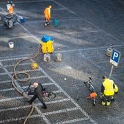 Auf dem Blumenmarkt wurden am Vormittag auch die Markierungen der Zweirad-Parkplätze entfernt. Sie verschwinden allerdings nicht, sondern wurden neu angeordnet. (Bild: Benjamin Manser - 28. März 2019)