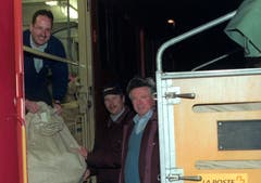 Sie nehmen den letzten Postzug der Brünigbahn in Empfang (von links): Bahnpoöstler Guido Marty und die Alpnacher Postbeamten Alois von Ah und Otto Wallimann. (Bild: Robert Hess, 30. DEZEMBER 2000)