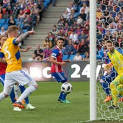 Luzerns Marvin Schulz (links) erzielt das 1:0. Bild: Georgios Kefalas / Keystone (Basel, 19. Mai 2018)