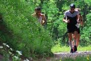 Heisser Tipp für die heissen Tage: Ralf Birchmeier (vorne) läuft bei hohen Temperaturen im Wald. (Bild: Robert Kucera)