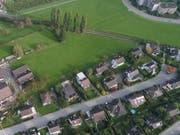 Auf der Grünfläche in der Bildmitte soll die neue Zufahrtsstrasse entstehen. Ihre Verbindung zur Wiggenrainstrasse erfolgt über den Kreisel im rechten Bildrand. (Bild: Hardy Buob, März 2018)