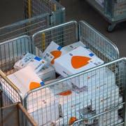 Pakete von Zalando in einem Korb im Paketzentrum der Schweizerischen Post. Bild: Peter Klaunzer/Keystone (Härkingen, 3. Juni 2019)