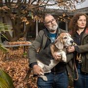 Machen schwierige Tage und Wochen durch: John und Veronika Dierauer, im Bild mit Hund Sumo. (Bild: Reto Martin)
