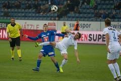 Der Luzerner Olivier Custodio (links) gegen den Ex-Luzerner Hekuran Kryeziu. (Bild: Dominik Wunderli (Luzern, 4. November 2018))