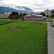 Auf dieser Wiese nördlich der Langäulistrasse, in Sichtweite zur NTB (links) und zum BZB (Bildmitte), will die Lippuner Immobilien AG das Gewerbehaus Fegeren bauen. Mieter des grossen Gebäudes wird die Brusa Elektronik AG. (Bild: Heini Schwendener)