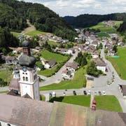 Das Kloster thront gleichsam über dem Dorf, vielleicht wacht es aber auch über die Bewohner. (Bilder: Reto Martin)