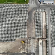 Die Kampagne 2018 ist vorüber. Nun stehen massenhaft Ballen mit Pressschnitzeln auf dem Gelände der Zuckerfabrik Frauenfeld (Drohnenbild: Reto Martin).