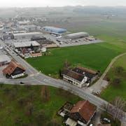 Das unbebaute Land (Bildmitte) westlich der Schrofenstrasse und hinter der Käserei möchte die Stadt an den Kanton abtreten. (Bild: Reto Martin)