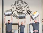 Florian Schober, Valentino Herrera und Marc Saxer (von links) sind bereit für den Strongman-Wettkampf kommenden Samstag. (Bild: Hanspeter Schiess)