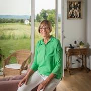 Seline Heim in ihrer Neubauwohnung in Andwil. Den Hof in Gossau übergibt sie an ihre Tochter Stephanie. (Bild: Hanspeter Schiess)