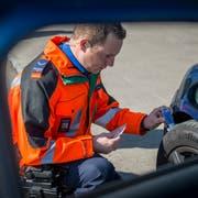 Ein Kantonspolizist führt in Weinfelden eine Autokontrolle durch. (Bild. Reto Martin)