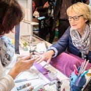 Eine Besucherin lässt sich im Ladies-Corner an der Gewa ihre Fingernägel verschönern. (Bild: Reto Martin)
