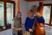 Regula Baumann und Rudolf Fritsche beim Musizieren während einer Probe. (Bild: Flurina Lüchinger)