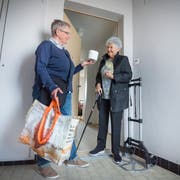 Da wird einem geholfen: Frau Gerber (mit Stock) mit Ursi Stöcklin von der Nachbarschaftshilfe Kurzdorf in Frauenfeld. (Bild: Andrea Stalder, 29.März 2017)