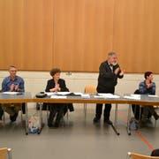 Der Schulrat und allen voran Präsident Josef Rütsche (stehend) sind überwältigt vom Ergebnis. (Bild: Peter Jenni)