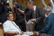 Toni Bortoluzzi (SVP/ZH), links, erhält 2014 von Hans-Peter Portmann (FDP/ZH), Mitte, im Namen aller Fraktionen einen Waschlappen geschenkt für seine schwulenfeindlichen Äusserungen. (Bild: Lukas Lehmann/Keystone)