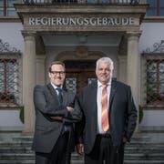 Wollen in den Ständerat: Die beiden Schwyzer Regierungsräte Kaspar Michel (FDP, links) und Othmar Reichmuth (CVP) vor dem Regierungsgebäude. (Bild: Pius Amrein, Schwyz, 3.September 2019)
