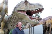 Der T-Rex kommt nach Sulgen: Roger Adolfsen vor seinen Austellungsexponaten. (Bild: Hannelore Bruderer)