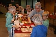 In der Schulbäckerei in Oberdorf macht die Arbeit den Dritt- und Viertklässlern Spass. (Bild: Sepp Odermatt (Oberdorf, 3. Dezember 2018)