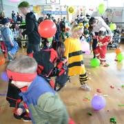 Bei der Ballonschlacht am «Chenderufschtand» in Schwarzenberg gab's Geschenke zu gewinnen. (Bild: Yvonne Imbach, 28. Februar 2019)
