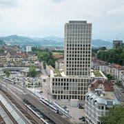 Das Hochhaus der Fachhochschule St.Gallen hinter dem Hauptbahnhof. Rechts davon im Hintergrund das Bundesverwaltungsgericht, links hinter dem Geschäftshaus «Sankt Leopard» das blauweisse Bürohochhaus der Bischoff-Textil AG. (Bild: Michel Canonica - 13. Juni 2014)