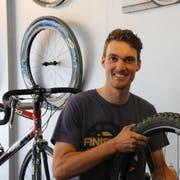 Simon Vitzthum ist nicht nur Profimountainbiker, sondern auch Velomechaniker in Rorschach. Kommenden Sonntag nimmt er an den Mountainbike-Europameisterschaften in Tschechien teil. (Bild: Lisa Wickart)