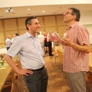 Diskussion zwischen Gemeindepräsident Alois Gunzenreiner (links) und Urs Zanoni zwischen der Mitgliederversammlung und dem Apéro. (Bild: Martin Knoepfel)